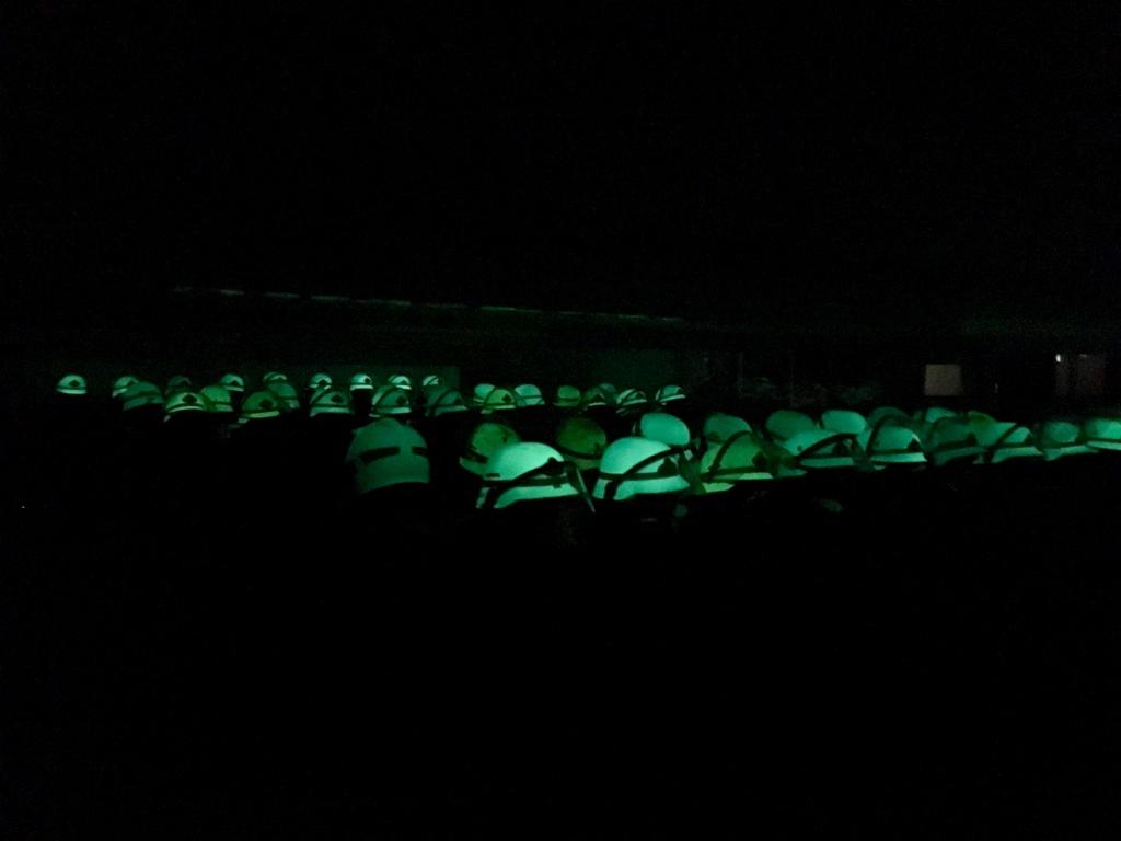 Helme bei Dunkelheit